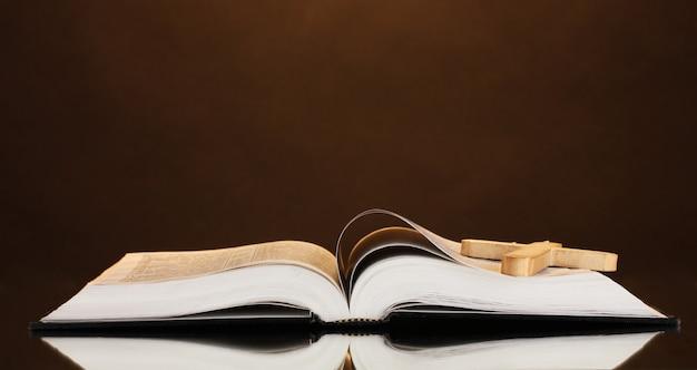 木製の十字架とロシア語のオープン聖書