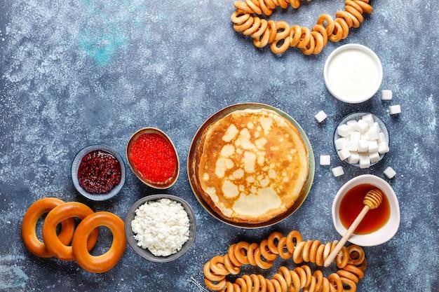 Русский блины блины с соусами и ингредиентами