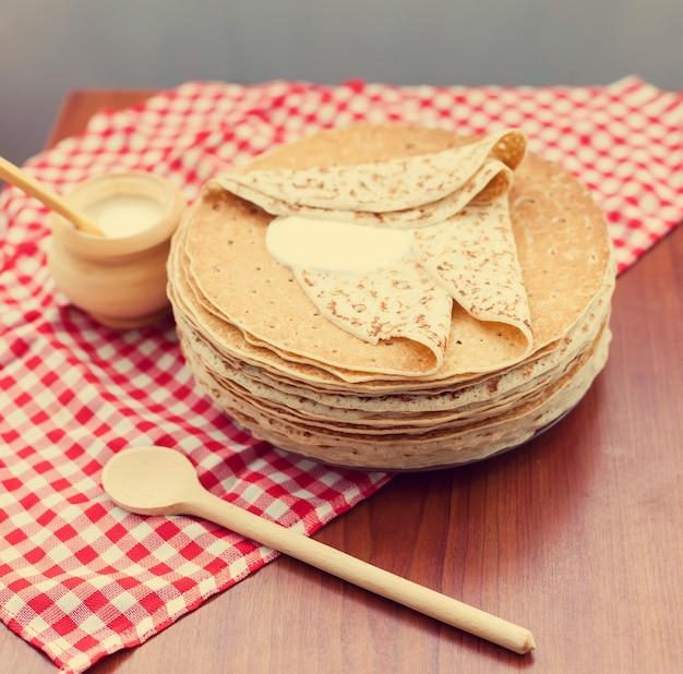 ロシアのパンケーキまたはサワークリームとブリニ。上面図。パンケーキウィーク。 shrovetide。テキスト用のスペース