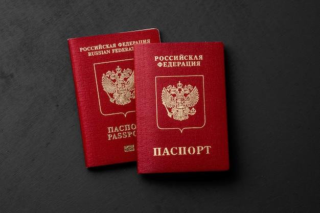 Российский паспорт на темной поверхности