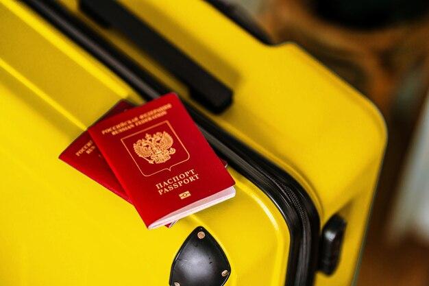 Российский паспорт на чемодане путешествия концепция путешествия аксессуары для отпуска