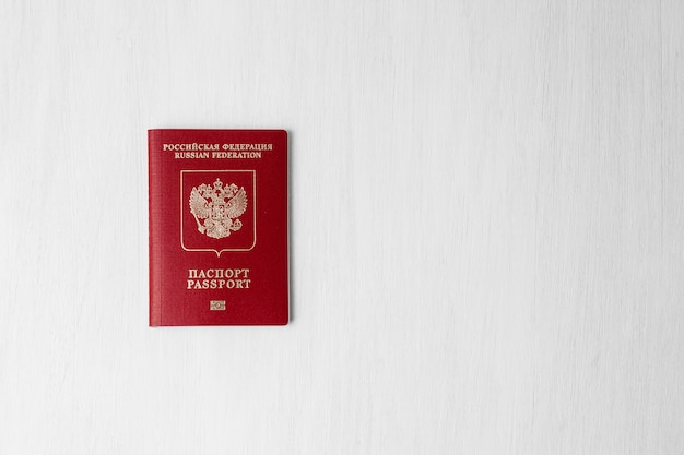 Российский паспорт на белой стене с копией пространства