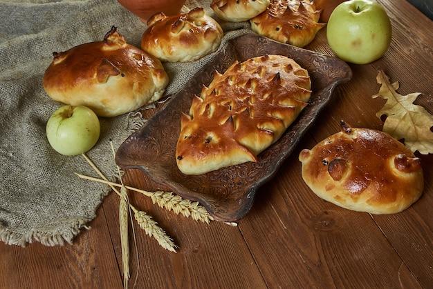 Русские пироги традиционные с капустой и мясом в виде фигурок ёжика и свиньи