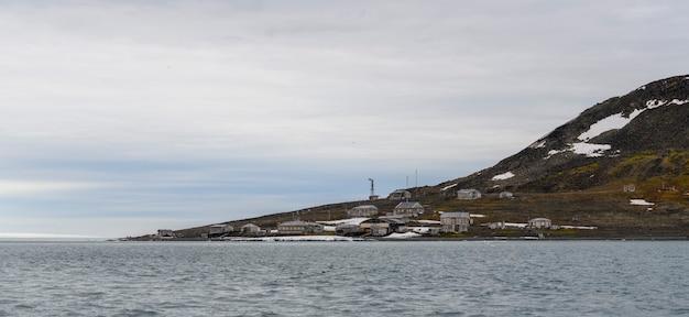 Franz josef land 군도의 tikhaya bay(tikhaya bukhta)에 있는 러시아 연구 및 극지 탐험 기지. 북극의 목조 건물.