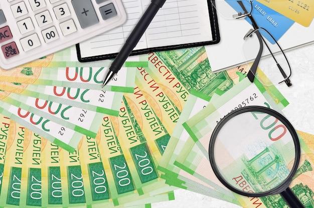 Купюры российских рублей и калькулятор с очками и ручкой