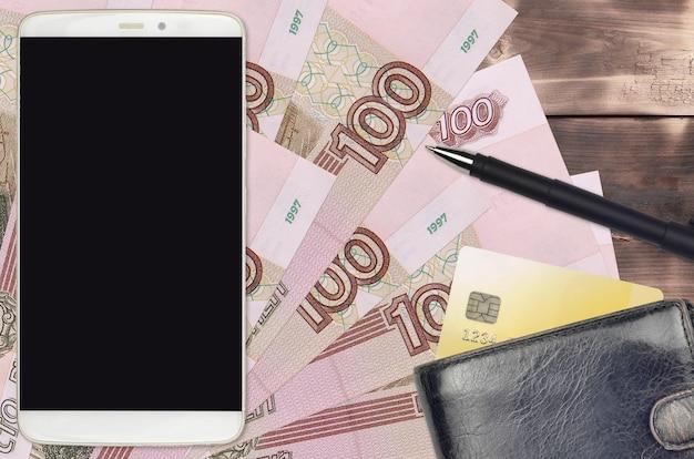 Счета российских рублей и смартфон с кошельком и кредитной картой