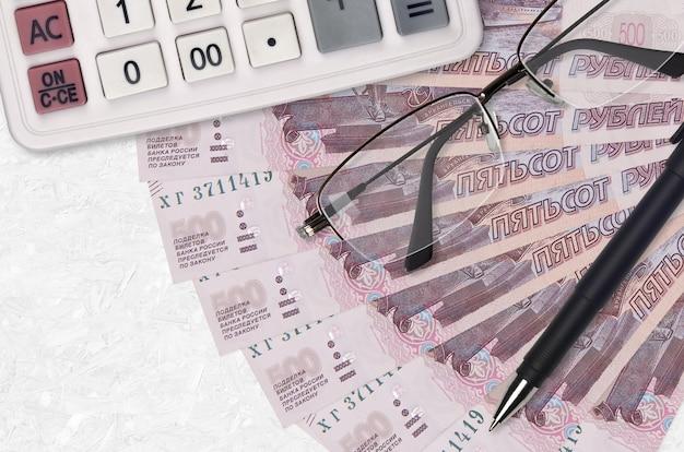 Российские рубли веер и калькулятор с очками и ручкой