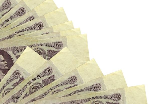 Купюры российских рублей, лежащие на белой поверхности