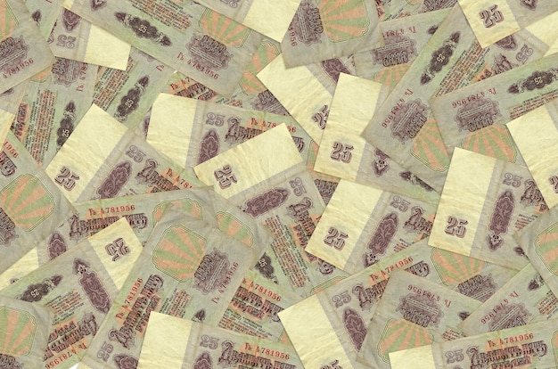 Купюры российских рублей лежат в большой стопке