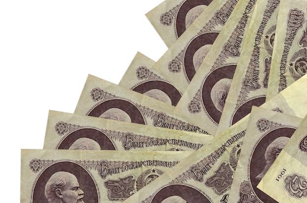 Купюры российских рублей лежат в разном порядке, изолированные на белом фоне