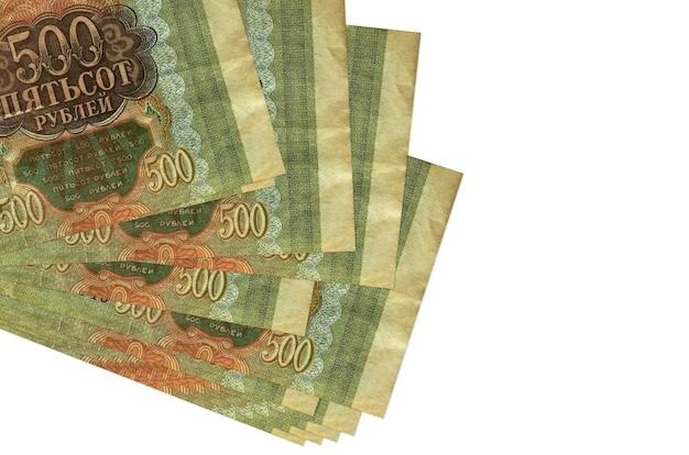 Купюры российских рублей лежат в небольшой пачке или пачке, изолированные на белом