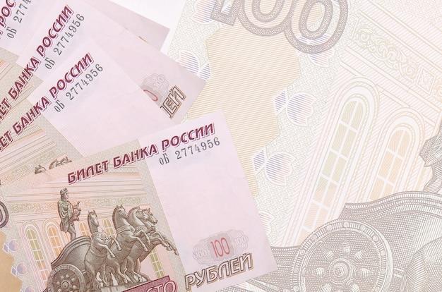 Купюры российских рублей лежат в стопке изолированные