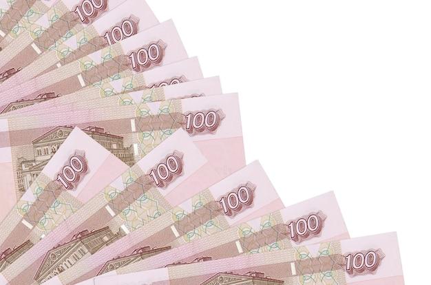 Банкноты российских рублей лежит на белом фоне с копией пространства