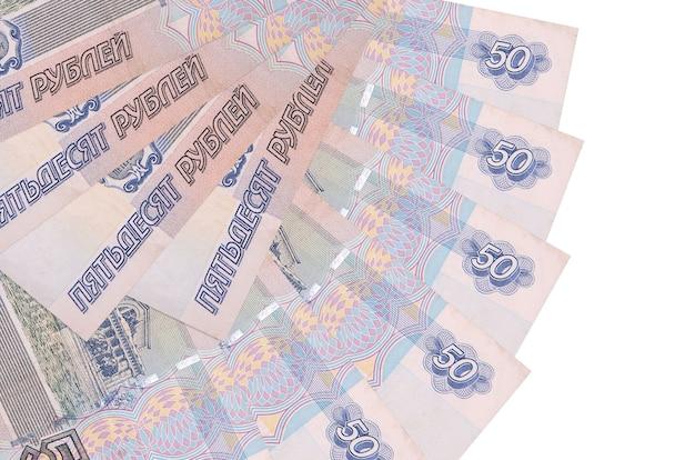 Банкноты российских рублей лежит на белом фоне