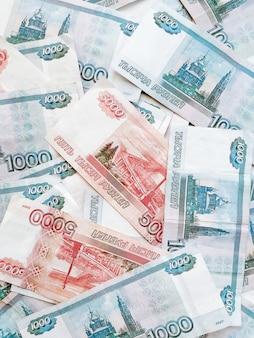 Российские рубли категорий тысяча и пять тысяч смешанные, вид сверху.