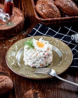 Русский салат в тарелке