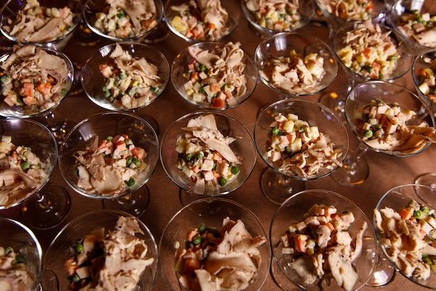 細い茎のガラスのロシア風サラダ、イベントケータリング。