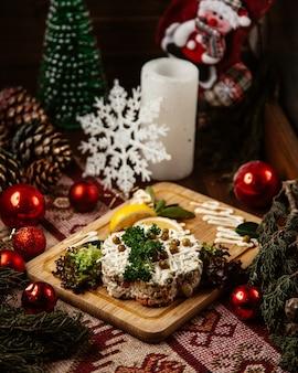Русский салат с зеленью и фасолью