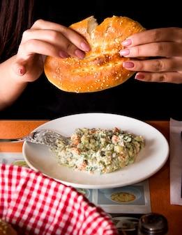 Русский салат с буханкой хлеба