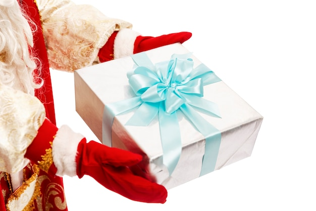 ロシアのサンタクロースは美しいパッケージで贈り物を持っています。