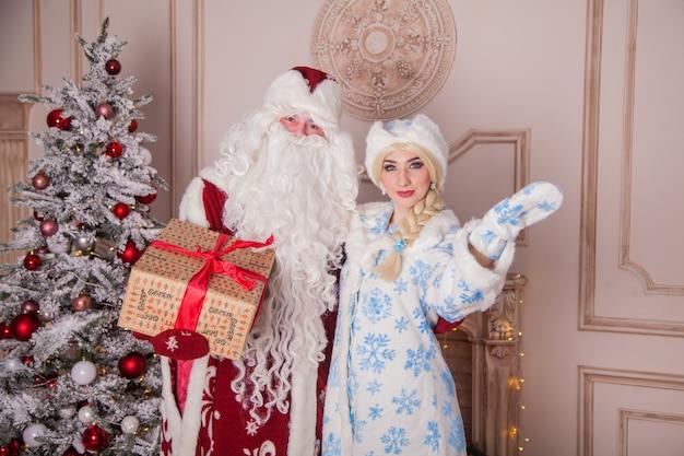 Русский дед мороз, известный как дед мороз, и его внучка снегурочка