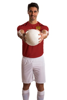Российский футболист держит мяч на белом пространстве