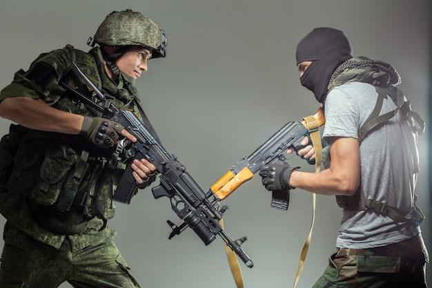 테러리스트와 싸우는 러시아 군인