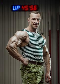 Российский солдат в камуфляже концепции победы