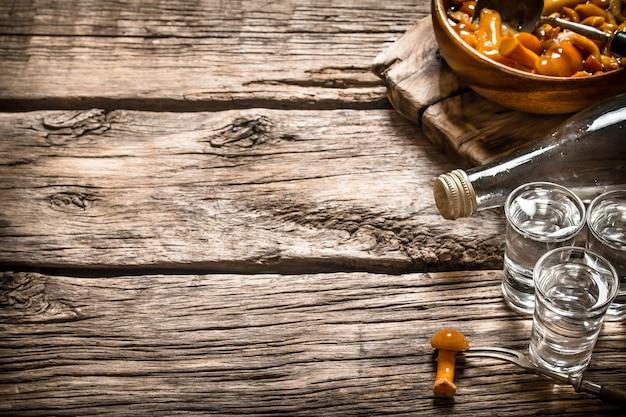 ロシア風。キノコのピクルスとアルコール飲料。