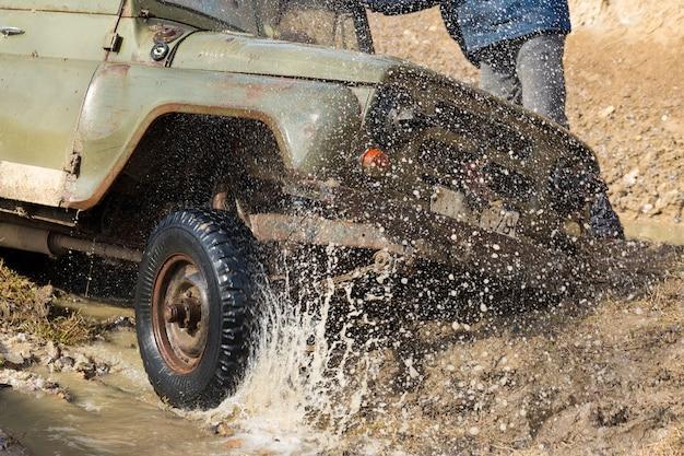 러시아 suv, 오프로드 차량 미끄러짐, 강물에 갇힘