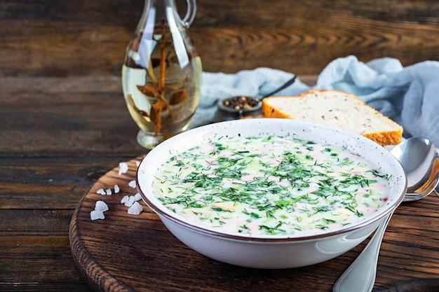 ロシアの伝統的な冷たいスープオクローシカ
