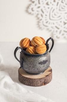 러시아 전통 수제 쿠키 너트-빈티지 항아리에 농축 우유를 넣은 oreshki