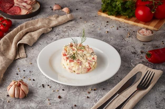 Русский традиционный салат оливье с мясом и овощами