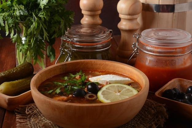 고기, 소시지, 소금에 절인 오이, 올리브를 곁들인 러시아 전통 수프