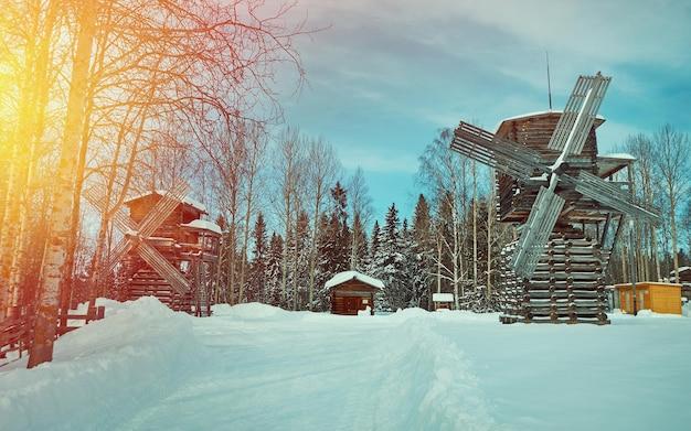 Русская традиционная деревянная мельница, село малые карелы, архангельская область, россия