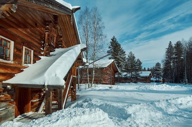 Русский традиционный деревянный крестьянский дом, село малые карелы, архангельская область, россия