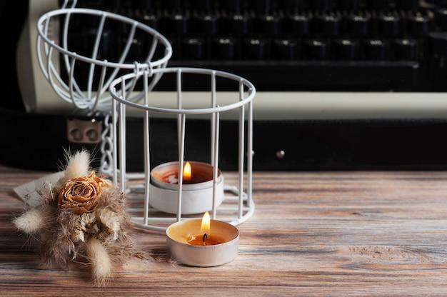 러시아어 타자기를 닫고 조명 된 아로마 촛불 꽃을 건조. 발렌타인 데이 컨셉, 빈티지 톤 및 크래프트 지