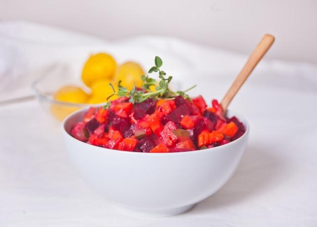 白いボウルにロシアのビネグレットビートのサラダ。