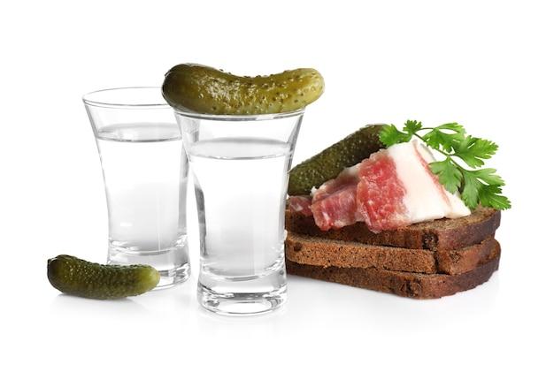 Русская водка и разные закуски, изолированные на белом фоне