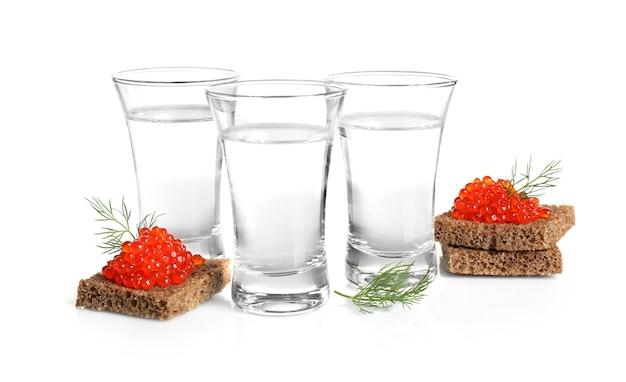 Бутерброды с русской водкой и красной икрой, изолированные на белом