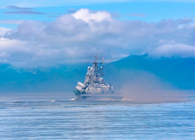 캄차카 해안을 따라가는 러시아 군함