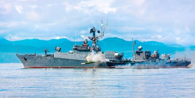 태평양 연안을 따라가는 러시아 군함.