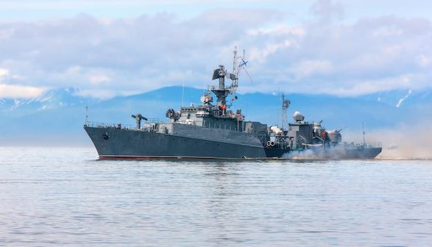 Русский военный корабль идет вдоль побережья
