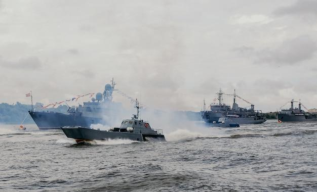 Русские военные корабли в реке волга в астрахани летом в пасмурный день. российские военные корабли.