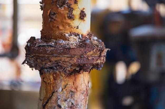 파이프라인 배수 산업의 녹 손상 페인트 및 부식 플랜지 및 볼트 너트.