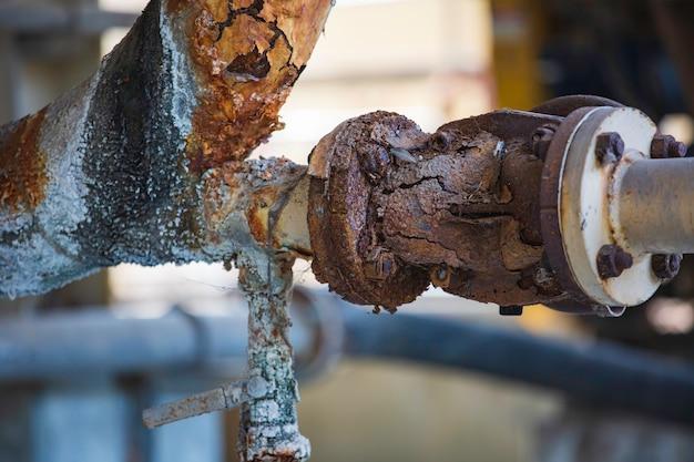 파이프 라인 밸브 배수 산업의 녹 손상 페인트 및 부식 플랜지 및 볼트 너트.