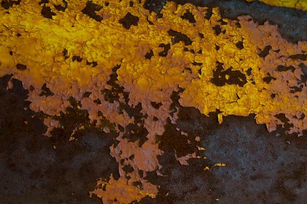 금속 페인트를 통해 보이는 녹