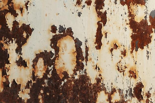 白いペンキで錆びた金属の質感。錆や酸化金属の背景。古い金属製の鉄のパネル。