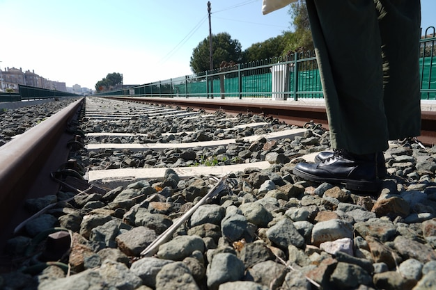 昼間の駅の錆びたレール