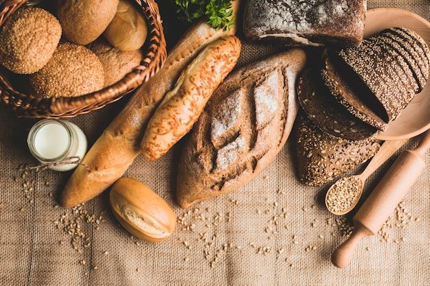 건강한 빵 덩어리의 소박한 배치